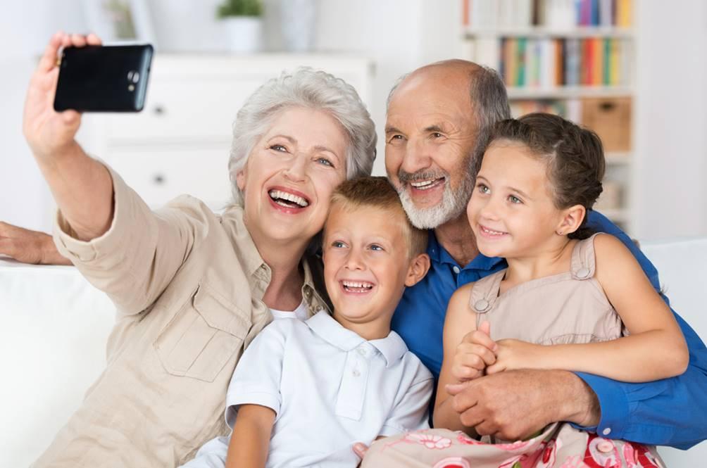 boldog nyudíjas nagyszülők unokákkal